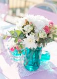 Arrangements floraux sur la table Images stock