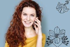 Arranger λουλουδιών που χαμογελά μιλώντας στο τηλέφωνο στοκ εικόνα