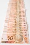 Arrangera i rak linje räkningar, 50 Reais - brasilianska pengar Royaltyfria Foton