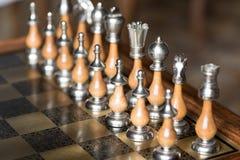 Arrangera i rak linje schackstycken Arkivfoton