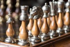 Arrangera i rak linje schackstycken Arkivbilder
