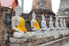 Arrangera i rak linje sittande Buddhastatyer Arkivfoton