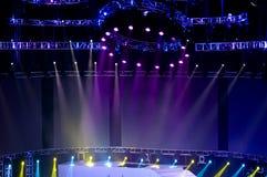 Arrangera strålkastaren med laser-strålar i konserten Royaltyfria Bilder