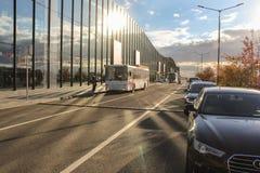 Arrangerade bilar och en buss från den komplexa ExpoForumen Royaltyfri Fotografi