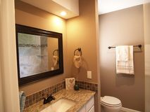 Arrangerat och rent modernt badrum Royaltyfria Bilder