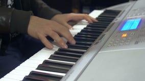 Arrangeur übergibt das Spielen von Tastaturen im Tonstudio für Musikproduktionskonzept - Nahaufnahme stock footage