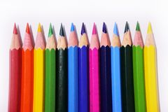 Arrangez du crayon de couleur sur le fond blanc photos stock