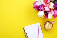 Arrangment bonito das flores dos feriados da mola Grupo das tulipas brancas na composição festiva, espaço da cópia para o texto,  Imagem de Stock