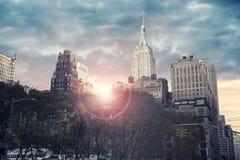 Arranha-céus alto em New York City, nascer do sol no fundo Foto de Stock