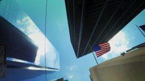 Arranha-céus altos com o dia de bandeira americana que estabelece o tiro video estoque