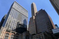 Arranha-céus altos disparados da perspectiva da rua Foto de Stock