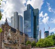 Arranha-céus atrás de uma fonte em uma área urbana de uma cidade moderna Imagens de Stock