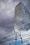 Arranha-céus azul da torre em Varsóvia, Polônia Fotografia de Stock Royalty Free