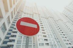 Arranha-céus branco e cinzento contemporâneo, sinal de estrada vermelho da parada abaixo Imagens de Stock