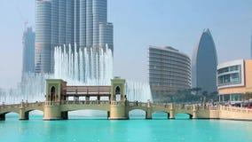 Arranha-céus Burj Khalifa e fontes do canto em Dubai, Emiratos Árabes Unidos video estoque