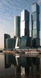 Arranha-céus, centro de negócios na megalópole Fotos de Stock Royalty Free