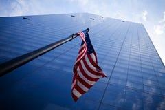 Arranha-céus com bandeira americana Imagem de Stock