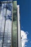 Arranha-céus com os limpadores de janelas altos acima imagens de stock royalty free