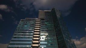 Arranha-céus com reflexão das nuvens filme
