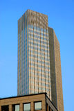 Arranha-céus com um fundo do céu azul Fotografia de Stock Royalty Free