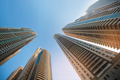 Arranha-céus contra o céu; fundo do vidro da construção Imagem de Stock Royalty Free