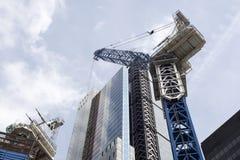 Arranha-céus da cidade de Londres com um guindaste fotografia de stock