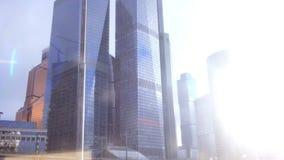 Arranha-céus da metrópole que correm perto na janela durante mover-se conceito do curso filme