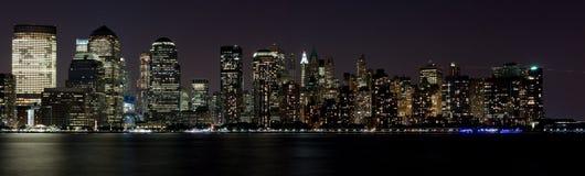 Arranha-céus da noite da baixa da cidade de NY Foto de Stock