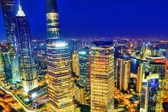 Arranha-céus da opinião da noite, construção da cidade de Pudong, Shanghai, China Fotos de Stock