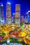 Arranha-céus da opinião da noite, construção da cidade de Pudong, Shanghai, China Foto de Stock