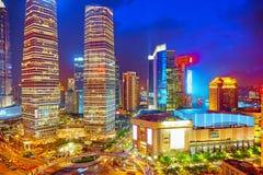 Arranha-céus da opinião da noite, construção da cidade de Pudong, Shanghai, China Imagens de Stock Royalty Free