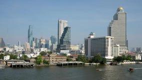 Arranha-céus da skyline e do negócio de Banguecoque no rio de Chaopraya filme
