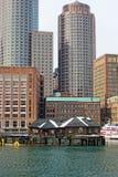 Arranha-céus de Boston acima das barracas velhas da pesca Fotografia de Stock Royalty Free