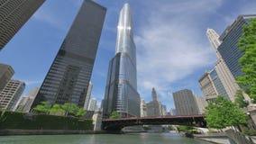 Arranha-céus de Chicago e ponte da avenida de Michigan do rio video estoque