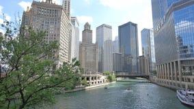 Arranha-céus de Chicago que refletem o por do sol em suas fachadas video estoque