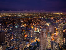 Arranha-céus de New York City na noite Imagens de Stock Royalty Free