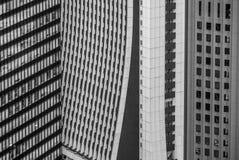 Arranha-céus de Shinjuku alinhados um com o otro fotos de stock royalty free
