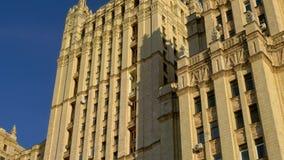 Arranha-céus de Stalin A fachada de uma construção velha com arquitetura bonita 4K filme