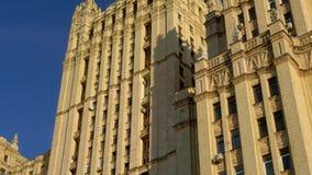 Arranha-céus de Stalin A fachada de uma construção velha com arquitetura bonita 4K video estoque
