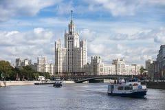 Arranha-céus de Stalin na terraplenagem de Kotelnicheskaya em Moscou, Rússia Fotos de Stock