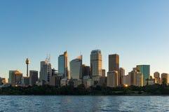 Arranha-céus de Sydney CBD no por do sol com o sol que reflete da janela Imagem de Stock Royalty Free