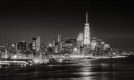 Arranha-céus do distrito financeiro de New York City iluminado na noite Fotografia de Stock Royalty Free