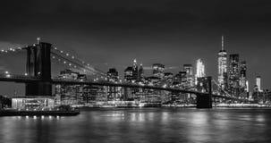 Arranha-céus do distrito do Lower Manhattan, ponte de Brooklyn, e East River financeiros no crepúsculo em preto & em branco Manha video estoque