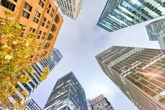 Arranha-céus do escritório para negócios na noite Em direção ao céu vista sucesso concentrado Fotografia de Stock Royalty Free
