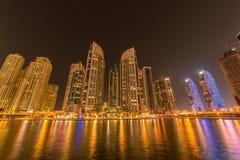 Arranha-céus do porto de Dubai durante horas da noite Imagens de Stock Royalty Free
