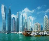 Arranha-céus do porto de Dubai e porto com iate luxuosos, Dubai, Emiratos Árabes Unidos fotografia de stock