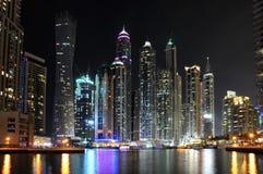 Arranha-céus do porto de Dubai na noite Fotos de Stock Royalty Free