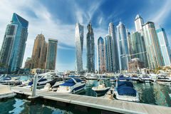 Arranha-céus do porto de Dubai, porto com iate luxuosos e passeio do porto, Dubai, Emiratos Árabes Unidos Foto de Stock
