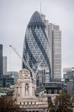 30 arranha-céus do St Mary Axe em Londres, aka no pepino Foto de Stock