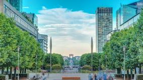 Arranha-céus do timelapse da defesa do La - negócio moderno e área residencial nos subúrbios próximos de Paris, França vídeos de arquivo